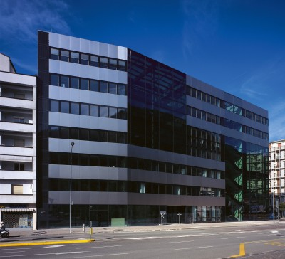 Chamber of Commerce BIPV system as a vertical dark band on the left side of the building (Arch. Wolfgang Simmerle)
