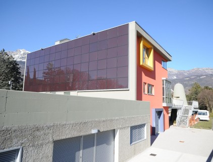The BIPV facade is visibly exposed to the community (Arch. Gianluca Perottoni)
