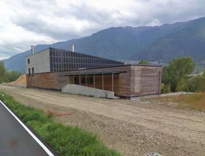 The irregular building shape complies with the surrounding mountain landscape (Google maps)