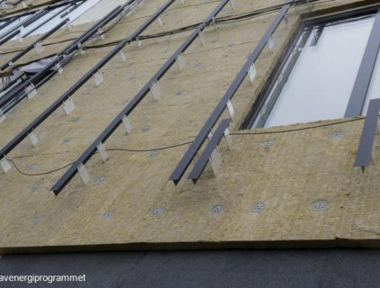 Black mounting brackets and modules give the façade a uniform appearance © Lavenergiprogrammet